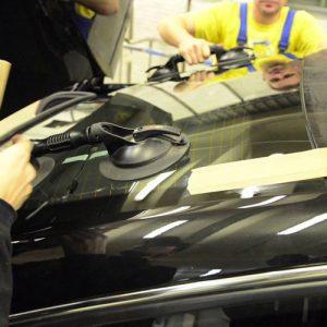 Замена заднего стекла легкового автомобиля под клей