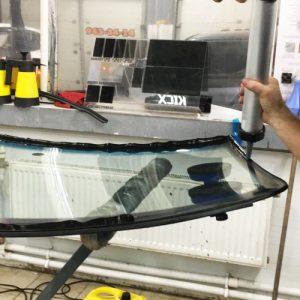 Вклейка заднего стекла внедорожника под клей