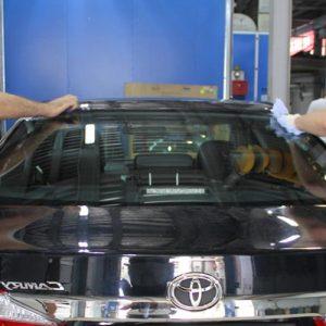 Установка заднего стекла легкового автомобиля с сохранением молдинга
