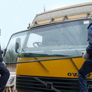 Установка лобового стекла на грузовик с сохранением молдинга